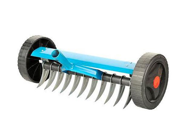 Provzdušňovací hrábě na kolečkách bez násady, 11 zubů, 33 cm