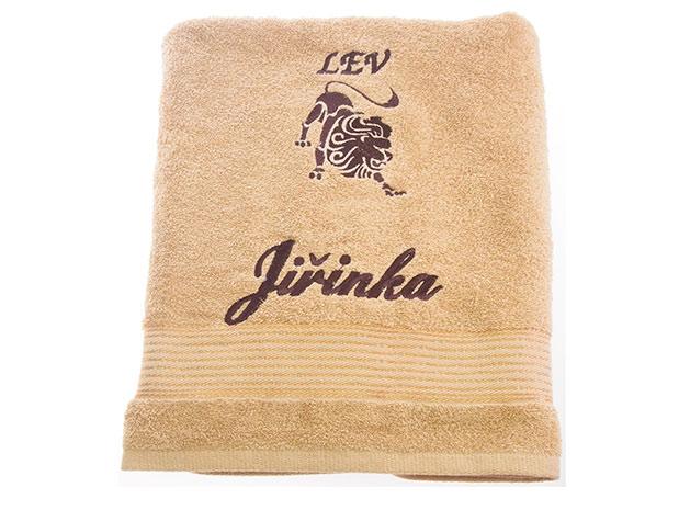 Osuška 70 x 140 cm s výšivkou tm. béžová - jméno + znamení - Jiřinka + lev
